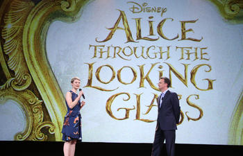 Dévoilement des affiches officielles de Alice Through the Looking Glass